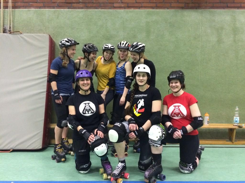 Annika, Jenny, Nicole, Marie und Lena (hinten von links) bekamen ein exklusives Derbytraining mit ihrer Lehrerin Bettina (vorne links).